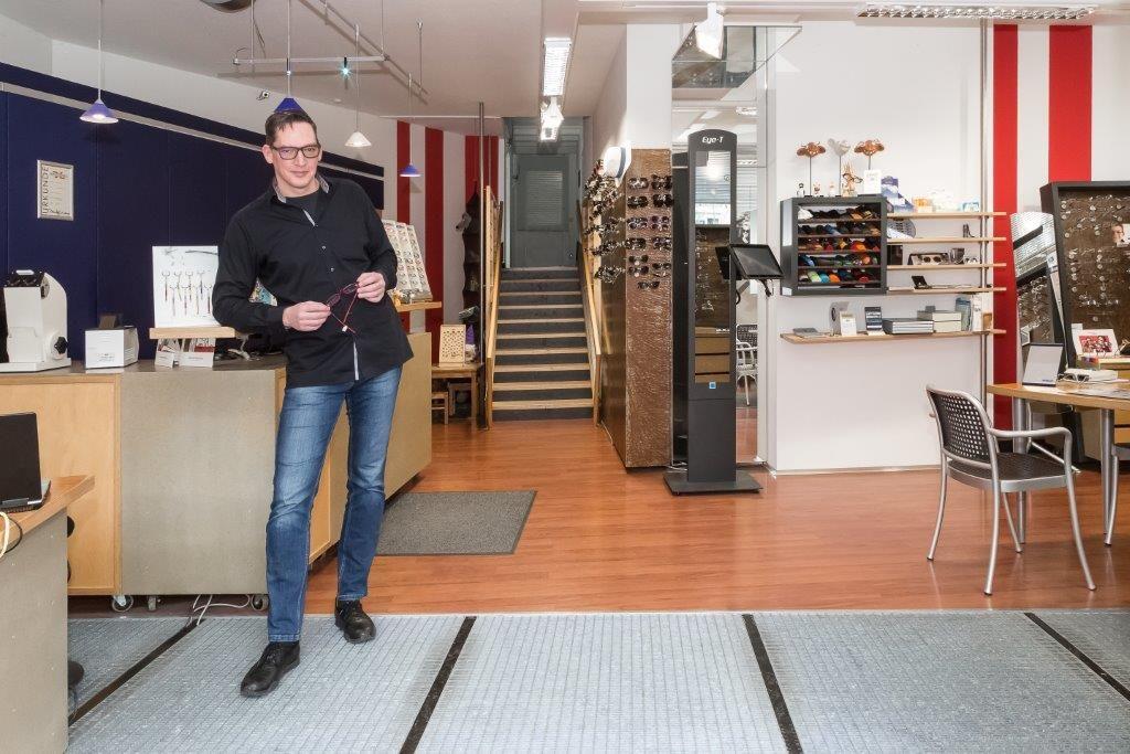 Achim Paulsen in seinem Laden, Optiker Die Durchblicker Nürnberg Herspersdorf
